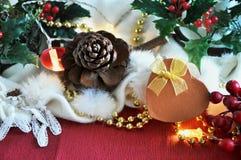 Actual caja de oro con la decoración de la Navidad en fondo Foto de archivo