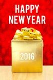 Actual caja de oro en la tabla de madera con la palabra a de la Feliz Año Nuevo 2016 Imágenes de archivo libres de regalías