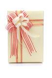 Actual caja de regalo del oro con el arco de forma aplastante aislado en blanco Fotografía de archivo