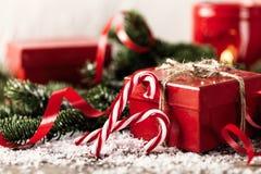 Actual caja de regalo del rojo en COM de madera del Año Nuevo de la Navidad del fondo Fotografía de archivo libre de regalías