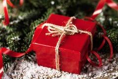 Actual caja de regalo del rojo en COM de madera del Año Nuevo de la Navidad del fondo Fotografía de archivo