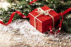 Actual caja de regalo del rojo en COM de madera del Año Nuevo de la Navidad del fondo Imágenes de archivo libres de regalías