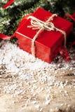 Actual caja de regalo del rojo en COM de madera del Año Nuevo de la Navidad del fondo Fotos de archivo libres de regalías