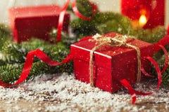 Actual caja de regalo del rojo en COM de madera del Año Nuevo de la Navidad del fondo Foto de archivo