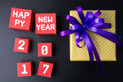 Actual caja de regalo y número de la Feliz Año Nuevo 2017 en la caja de papel roja Foto de archivo libre de regalías