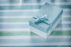 Actual caja en concepto rayado azul de los días de fiesta del mantel Fotos de archivo