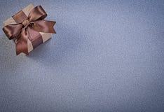 Actual caja en documento marrón de la tienda sobre celebraciones grises del fondo Imagenes de archivo