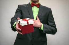 Actual caja en manos El giftbox Imagen de archivo libre de regalías