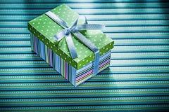 Actual caja envuelta en concepto rayado de los días de fiesta del fondo Imágenes de archivo libres de regalías