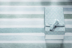 Actual caja llena en concepto rayado azul de los días de fiesta del mantel Fotografía de archivo