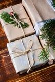 Actual caja para la decoración de la Navidad con el árbol de Navidad en de madera imagenes de archivo