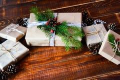 Actual caja para la decoración de la Navidad con el árbol de Navidad en de madera fotos de archivo libres de regalías