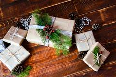 Actual caja para la decoración de la Navidad con el árbol de Navidad en de madera foto de archivo