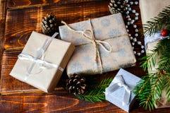 Actual caja para la decoración de la Navidad con el árbol de Navidad en de madera fotografía de archivo