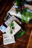 Actual caja para la decoración de la Navidad con el árbol de Navidad en de madera imagen de archivo