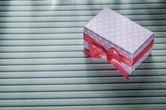 Actual caja rosada en concepto rayado de las celebraciones de la tela Fotografía de archivo libre de regalías