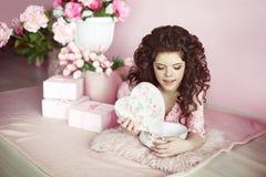 Actual del retrato de la muchacha, romántico surpri abierto adolescente joven hermoso Imagen de archivo