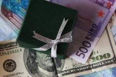Actuales caja y dinero - dólar y euro Foto de archivo