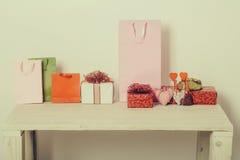Actuales cajas, bolsos y corazones coloridos para el día de tarjetas del día de San Valentín Imágenes de archivo libres de regalías