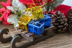 Actuales cajas de regalo de la miniatura en el trineo de Papá Noel como Navidad Fotos de archivo libres de regalías
