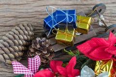 Actuales cajas de regalo de la miniatura en el trineo de Papá Noel como Navidad Foto de archivo libre de regalías