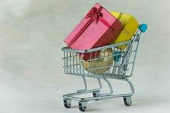 Actuales cajas del regalo y bola de la decoración de la Navidad en sh miniatura Imágenes de archivo libres de regalías