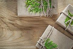 Actuales cajas hechas a mano envueltas con el concep verde de los días de fiesta de la rama imagen de archivo