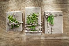 Actuales cajas hechas a mano envueltas en papel de la tienda con la rama verde h imágenes de archivo libres de regalías