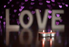 Actuales letras de amor del día de San Valentín con las velas y el corazón fotos de archivo