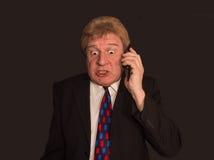 Actualités choquantes Homme mûr étonné dans le costume avec le téléphone portable Photo libre de droits