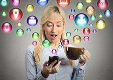 Actualités de lecture de femme au téléphone intelligent Photos stock