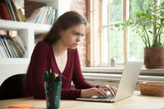 Actualités en ligne de lecture perplexes de main-d'œuvre féminine Photos stock