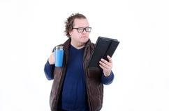 Actualités tristes de lecture d'homme et café potable Photo stock
