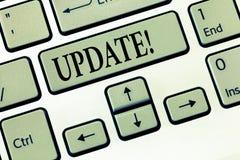 ACTUALIZACIÓN del texto de la escritura de la palabra El concepto del negocio para actualizado hace algo una versión más reciente foto de archivo libre de regalías