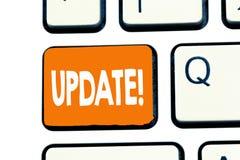 ACTUALIZACIÓN del texto de la escritura de la palabra El concepto del negocio para actualizado hace algo una versión más reciente foto de archivo