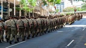 Actualmente - los soldados activos marchan en Brisbane en Anzac Day fotografía de archivo