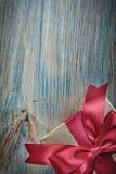 Actuel enfermé dans une boîte en papier d'emballage d'or sur le panneau en bois c de vintage Images stock