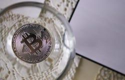 Acuña bitcoins en una copa de vino, primer Foto de archivo libre de regalías