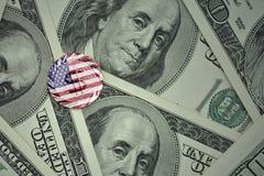 acuñe con la muestra de dólar con la bandera nacional de los Estados Unidos de América en el fondo de los billetes de banco del d Fotografía de archivo libre de regalías