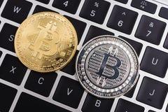 Acuñe, dinero digital virtual del bitcoin en el ordenador portátil del teclado Imagen de archivo libre de regalías
