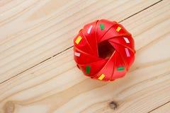Acuñe doblar con la cinta del buñuelo en la textura de madera Fotografía de archivo libre de regalías