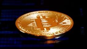 Acuñe el bitcoin, mintiendo en la pantalla con una imagen del gráfico de citas, moneda crypto Blockchain de la tecnología almacen de metraje de vídeo