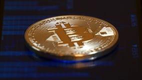 Acuñe el bitcoin, mintiendo en la pantalla con una imagen del horario de citas de crypto-monedas Comercio en crypto metrajes