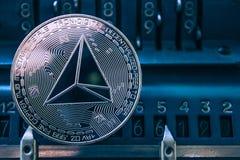Acuñe el tron del cryptocurrency en el fondo de las figuras máquina sumadora imágenes de archivo libres de regalías