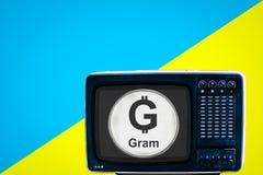 Acuñe la tonelada en la TV retra análoga soviética en fondo azul del amarillo del anuncio imagen de archivo libre de regalías