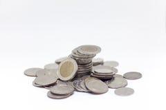 Acuñe, moneda tailandesa en fondo y aisló Imagen de archivo libre de regalías