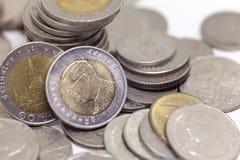 Acuñe, moneda tailandesa en fondo y aisló Imagenes de archivo