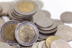 Acuñe, moneda tailandesa en fondo y aisló Foto de archivo libre de regalías