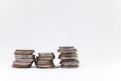 Acuñe, moneda tailandesa en fondo y aisló Fotografía de archivo libre de regalías
