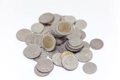 Acuñe, moneda tailandesa en fondo y aisló Imagen de archivo